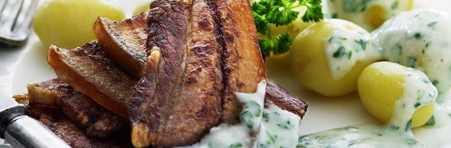 Torsdag den 11. Februar serveres stegt flæsk med kartofler og persillesovs.